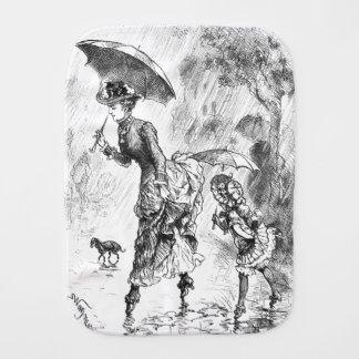 Mutter und kleines Mädchen im Regen mit Spucktuch