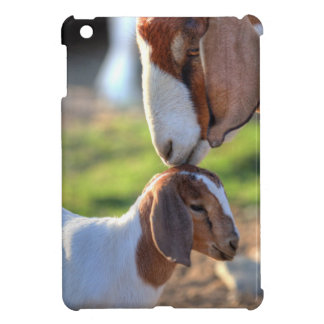 Mutterziege, die ihr Baby auf Kopf küsst iPad Mini Hülle