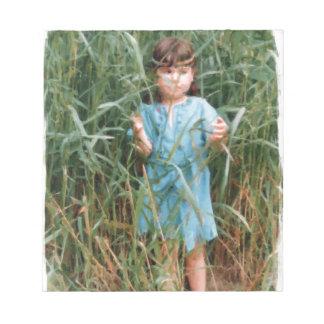 Mylune, das ihren Weg durch das hohe Gras findet Notizblock