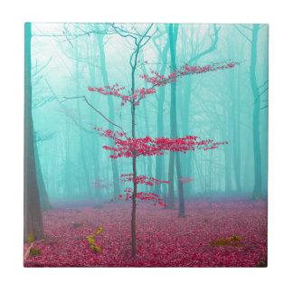 Mystischer Wald im Rot und im Türkis Fliese