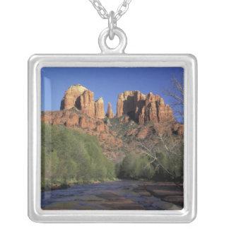 Na, USA, Arizona, Sedona. Kathedralen-Felsen und Versilberte Kette