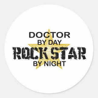 Nacht Doktor-Rockstar Runder Aufkleber