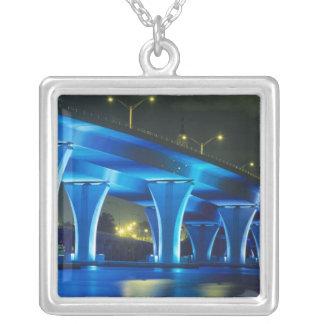 Nachtbrücke am Hafen von Miami, Florida Versilberte Kette