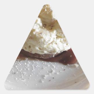 Nachtisch gemacht mit Schlagsahne und Haselnüssen Dreieckiger Aufkleber