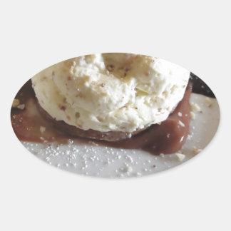 Nachtisch gemacht mit Schlagsahne und Haselnüssen Ovaler Aufkleber