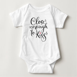 Nah genug zum Kuss - Babywearing Zitat Baby Strampler