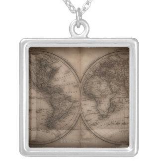 Nah oben von antiker Weltkarte 5 Halskette Mit Quadratischem Anhänger
