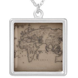 Nah oben von antiker Weltkarte 7 Halskette Mit Quadratischem Anhänger