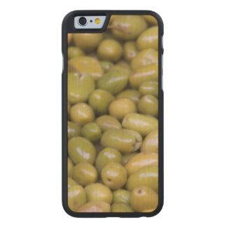 Nah oben von den grünen Oliven Carved® iPhone 6 Hülle Ahorn