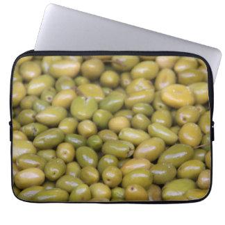 Nah oben von den grünen Oliven Laptop Sleeve