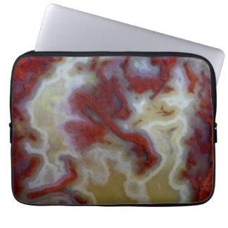 Nah oben von der roten Moos-Achat-Platte Laptopschutzhülle