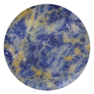 Nah oben von einem blauen Sodalite Melaminteller