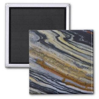 Nah oben von einer gestreiften Jaspis-Platte Quadratischer Magnet