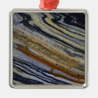 Nah oben von einer gestreiften Jaspis-Platte Quadratisches Silberfarbenes Ornament