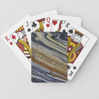 Nah oben von einer gestreiften Jaspis-Platte Spielkarten
