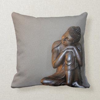 Nah oben von friedlichem silbernem Buddha Kissen