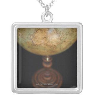 Nahaufnahme der antiken Kugel Halskette Mit Quadratischem Anhänger