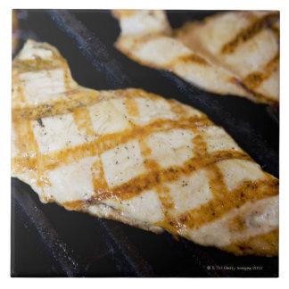 Nahaufnahme der gegrillten Hühnerbrüste Große Quadratische Fliese