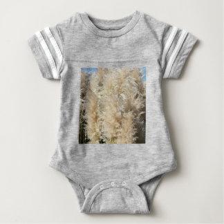Nahaufnahme der hohen Pampas-Gras-Federn Baby Strampler