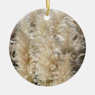 Nahaufnahme der hohen Pampas-Gras-Federn Rundes Keramik Ornament