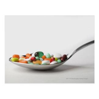 Nahaufnahme der Pillen in einem Löffel Postkarte