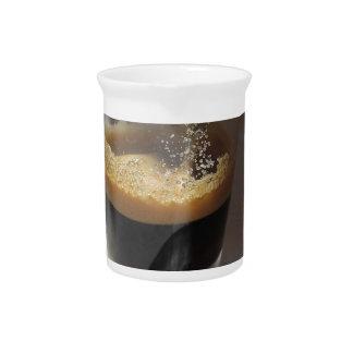 Nahaufnahme des Espressokaffees in einer Krug