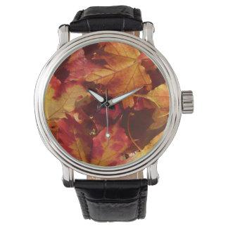 Nahaufnahme des Herbst-Blätter Armbanduhr