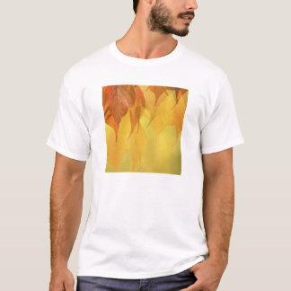 Nahaufnahme des Herbstlaubs auf einer T-Shirt