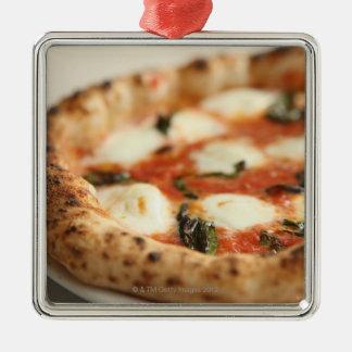 Nahaufnahme einer ganzen Pizzatorte Silbernes Ornament