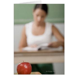 Nahaufnahme eines Apfels auf einem Schreibtisch Karte
