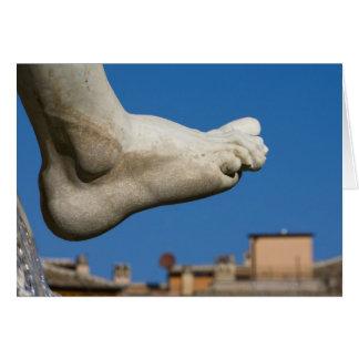 Nahaufnahme eines Fußes auf dem Fontana dei Quatro Karte