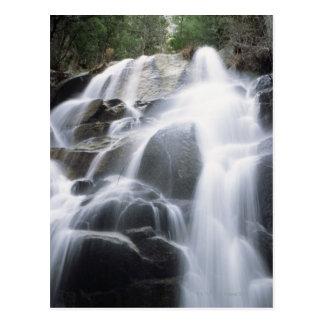 Nahaufnahme eines Wasserfalls über Flusssteinen, Postkarten