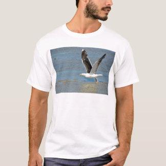 Nahaufnahme-große schwarzrückige Möve im Flug T-Shirt