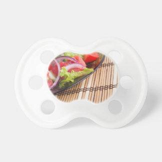 Nahaufnahmeansicht der Tischplatte und der Platte Schnuller