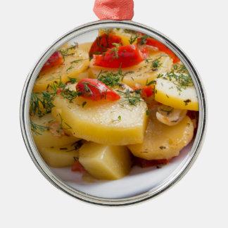 Nahaufnahmeansicht eines vegetarischen Tellers der Rundes Silberfarbenes Ornament