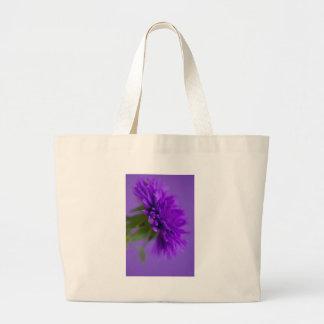 Nahaufnahmebild der Blume Aster auf lila backg Jumbo Stoffbeutel
