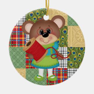 Nähendes steppendes Steppdecken-Bärn-Weihnachten Rundes Keramik Ornament