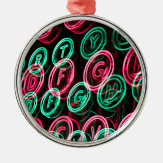 Nahes hohes der Neonschreibmaschinenschlüssel Silbernes Ornament