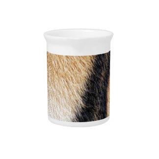Nahes hohes Foto der Tiger-Streifen Getränke Pitcher