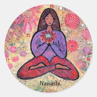 Namaste Brown behaarter Yoga-Mädchen-Aufkleber Runder Aufkleber