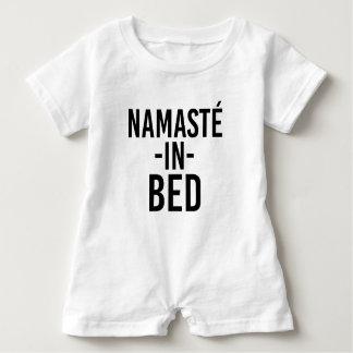 Namaste im lustigen Baby-Shirt des Betts Baby Strampler