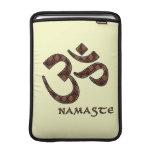 Namaste mit OM-Symbol Brown und Creme MacBook Sleeve