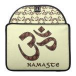 Namaste mit OM-Symbol Brown und Creme Sleeves Für MacBooks