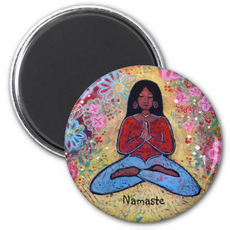 Namaste schwarzes behaartes Yoga-Mädchen Runder Magnet 5,7 Cm