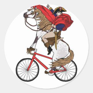 Napoleon-Reitpferd, das ein Fahrrad reitet Runder Aufkleber