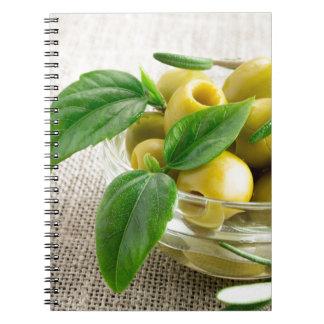 Narbige Oliven mit grünem Blätter und Rosmarin Notizblock
