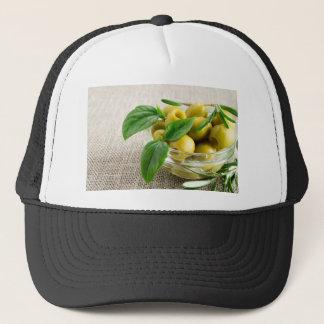 Narbige Oliven mit grünem Blätter und Rosmarin Truckerkappe