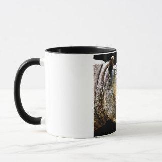 Nashorn-Kopf, schwarzer Hintergrund Tasse