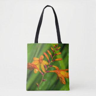 Nasse orange Blume ganz vorbei - drucken Sie Tasche