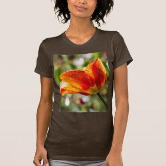 Nasse orange und gelbe Tulpe T-Shirt